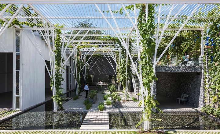 Mô hình garage oto kết hợp với vườn trồng rau, nuôi cá ở TP.HCM
