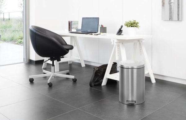 Thùng rác dưới bàn làm việc