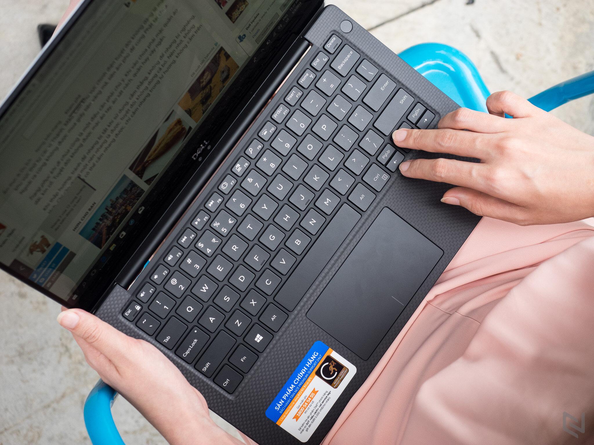 Cach-kiem-tra-laptop-khi-mua-yen-tam-nhat-la-kiem-tra-cong-giao-tiep-o-dia-webcam-loa